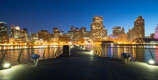 旧金山夜全景  从码头14的都市风景 免版税库存图片