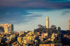 旧金山市地平线和Coit耸立在日出 库存图片