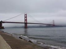 旧金山消失在雾的金门大桥 库存照片