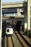 旧金山湾地区高速运输火车,共同地指男爵,运载通勤者在城市高速公路下对它的下个d 库存照片