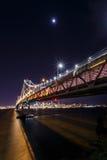 旧金山湾桥梁在晚上 免版税库存图片