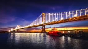 旧金山湾桥梁被照亮在日出 免版税库存照片