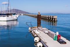 旧金山湾码头39有天使岛的小船船坞在背景中 免版税库存图片