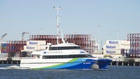 旧金山湾轮渡通过奥克兰的港海湾微风 图库摄影