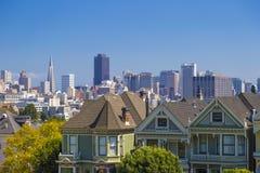旧金山白杨方形的维多利亚女王时代的房子的被绘的夫人在旧金山,在清楚的晴天和蓝天期间的加利福尼亚 库存照片