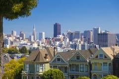 旧金山白杨方形的维多利亚女王时代的房子的被绘的夫人在旧金山,在清楚的晴天和蓝天期间的加利福尼亚 免版税图库摄影