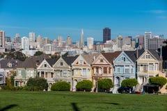 旧金山白杨方形的维多利亚女王时代的房子的被绘的夫人 库存照片
