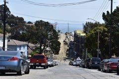旧金山的大量需求的新公寓,当帆船悠闲进来在背景中 免版税库存图片