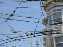 从旧金山的电车的交叉往来的输电线 库存照片