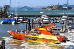 旧金山码头39对Alcatraz的Rocketboat 库存图片