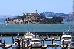 旧金山码头39小游艇船坞和Alcatraz 免版税库存图片