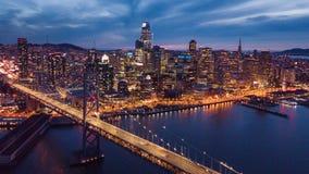 旧金山空中都市风景视图和在Nig的海湾桥梁 免版税库存照片