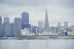 旧金山美好的地平线有一只大货船的 免版税库存照片