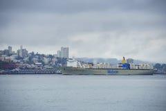 旧金山美好的地平线有一只大货船的 免版税图库摄影