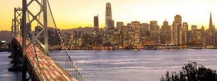 旧金山街市和海湾桥梁在金黄小时内 库存图片