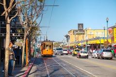 旧金山街道有一辆古板的缆车的 图库摄影