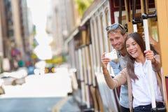 旧金山采取电话selfie的缆车夫妇 免版税图库摄影
