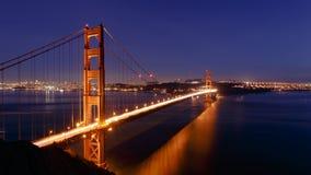 旧金山金门大桥和都市风景在晚上 库存图片
