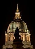 旧金山香港大会堂在与先驱纪念碑剪影的晚上 库存图片