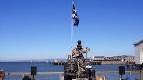 旧金山,加利福尼亚,美国- 2014年10月10日, :音乐家通过弹吉他执行街道表现和 免版税库存图片