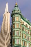 旧金山,加利福尼亚- 2018年6月30日:亦称哥伦布塔 稍兵大厦和Transamerica大厦 免版税库存图片