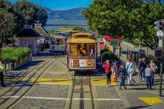 旧金山,加利福尼亚- 2017年2月11日:偶象老葡萄酒电车在街市旧金山 免版税库存图片