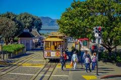 旧金山,加利福尼亚- 2017年2月11日:偶象老葡萄酒电车在街市旧金山 库存照片