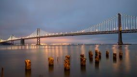 旧金山,加利福尼亚- 2014年8月3日:在旧金山和金银岛之间的海湾桥梁在附近的与木岗位 免版税图库摄影