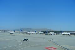 旧金山,加利福尼亚- 2017年5月11日:在终端的联航飞机在旧金山国际机场 免版税库存图片