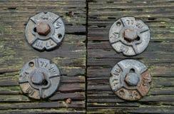 旧金山,加州,美国- 2016年3月:码头39 -在木甲板的生锈的螺栓a 免版税库存图片