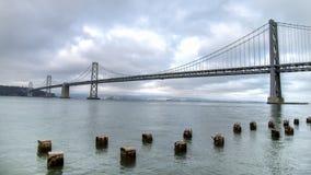 旧金山,加州,美国- 2014年8月3日:在旧金山和金银岛之间的海湾桥梁有木岗位的 免版税图库摄影