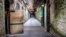 旧金山,加州- 2014年8月13日:阿尔卡特拉斯岛的内部看法 恶魔岛是从1933年unti的一所联邦监狱 图库摄影