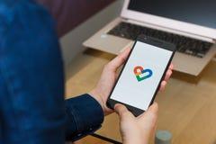 旧金山,美国- 2019年4月22日:由拿着智能手机的女性手决定的关闭使用谷歌适合了应用,旧金山, 库存照片