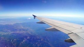 旧金山,美国- 2014年10月4日, :从一块飞机反光板的看法有地球和翼的,空中 免版税库存图片