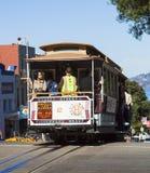 旧金山,美国- 2012年11月3日:缆车电车 是的13被建立的大教堂庆祝churh列12月门多立克体退出的希腊仍然有可视她的露西娅主要s simulacre寺庙的tha 免版税库存照片