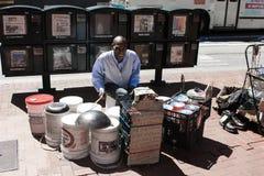 旧金山,美国- 2010年6月12日 黑人街道音乐家播放鼓 有桶和水池的被即兴创作的鼓 库存图片
