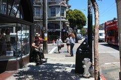 旧金山,美国- 2010年6月11日 在旧金山街道上的卖艺人  使用为金钱的街道音乐家 库存图片