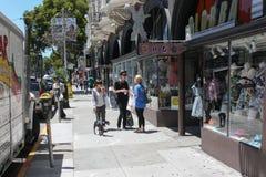 旧金山,美国- 2010年6月11日 在旧金山街道上的嬉皮谈话  不拘形式的青年时期 年轻人的接近的狗女孩 免版税图库摄影