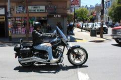 旧金山,美国- 2010年6月11日 骑自行车的人通过旧金山街道乘坐在一个晴天 骑自行车的人乘驾 免版税库存照片