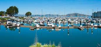 旧金山` s在堡垒泥工附近的小游艇船坞地区 库存图片