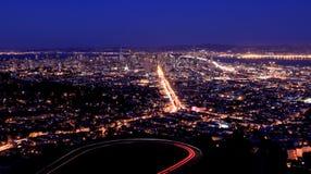 旧金山- SF从双峰顶的夜视图 免版税库存照片
