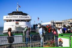 旧金山Alcatraz巡航乘客上 免版税库存照片
