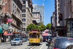 旧金山Ca. - 8月21,2012 :乘客乘坐缆车在2012年8月21日在旧金山 - JULY16 :在一辆缆车的乘客乘驾在莒 免版税图库摄影