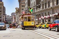 旧金山Ca. - 8月21,2012 :乘客乘坐缆车在2012年8月21日在旧金山 - JULY16 :在一辆缆车的乘客乘驾在莒 免版税库存图片