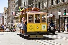 旧金山Ca. - 8月21,2012 :乘客乘坐缆车在2012年8月21日在旧金山 - JULY16 :在一辆缆车的乘客乘驾在莒 免版税库存照片