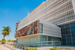 旧金山de坎比其,墨西哥:政府大厦,在门面马赛克和墨西哥的旗子 库存照片