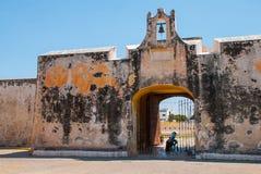 旧金山de坎比其,墨西哥:老堡垒墙壁和入口对历史的中心 土地门普埃尔塔de铁拉 库存照片
