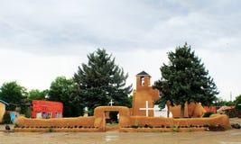 旧金山de阿西西使命教会在Taos新墨西哥在一个雨天 免版税图库摄影