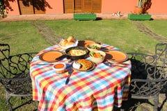 早午餐桌在庭院里 库存照片