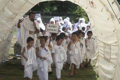 早学习的儿童崇拜麦加朝圣 库存图片